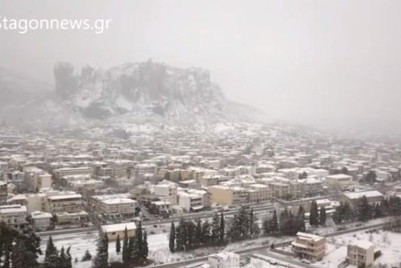 """Μοναδικές εικόνες από τα Μετέωρα που """"ντύθηκαν"""" στα λευκά (video)"""