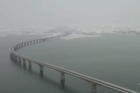 Το χιόνι... εξαφανίζει γέφυρα τεχνητής λίμνης (video)
