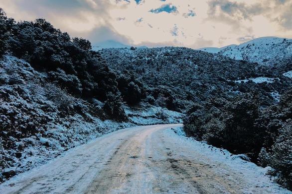 """Στην κορυφή του Παναχαϊκού - Όλα τα """"σκέπασε"""" ο χιονιάς!"""
