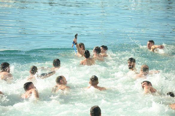 """Η πιο συγκινητική στιγμή στον μόλο της Πάτρας """"παίχθηκε"""" στο νερό!"""