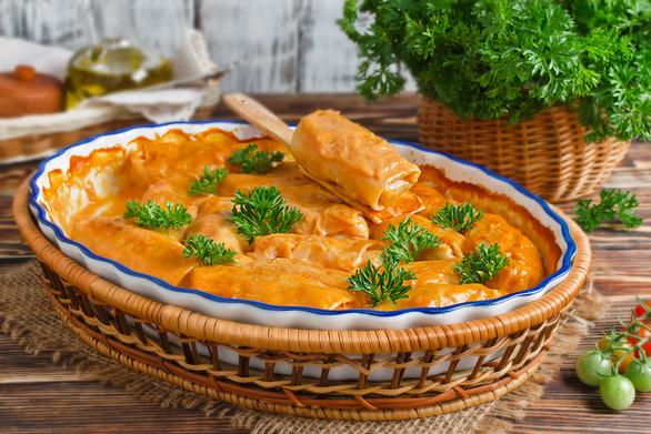 Μαγειρέψτε λαχανοντολμάδες με κιμά κοτόπουλου και κρεμώδη σάλτσα ντομάτας