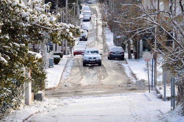 """Χιονίζει στην Αττική - Έφτασε ο """"Τηλέμαχος"""""""