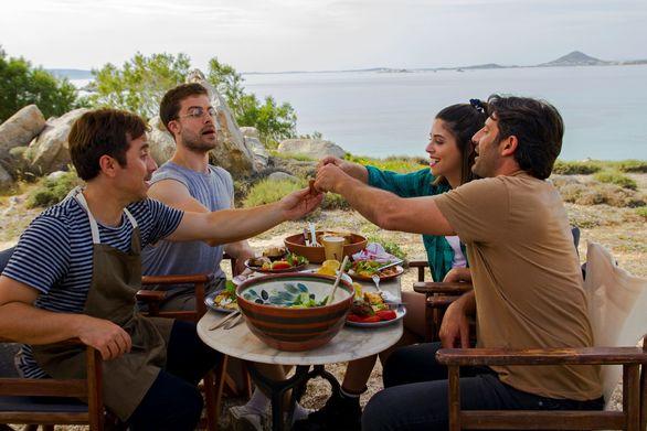 Περιμένοντας τη Νονά - Μια αισιόδοξη και τρυφερή κωμωδία με φόντο το πανέμορφο νησί της Νάξου!