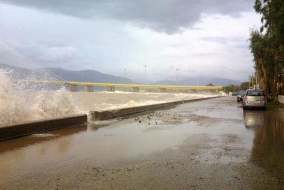 Πάτρα: Έχει πλημμυρίσει η παραλιακή οδός στο Ρίο - Εγκλωβίστηκε οδηγός
