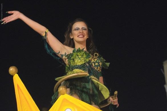 """Στα χέρια ενός τεράστιου """"Κινγκ Κονγκ"""" η Βασίλισσα του Πατρινού Καρναβαλιού!"""