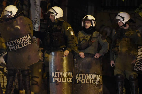 Πάτρα: Οπαδοί του Ολυμπιακού έριξαν αντικείμενα σε διμοιρία των ΜΑΤ