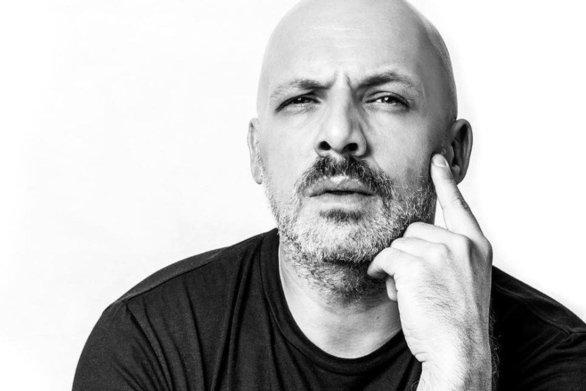 Ο Νίκος Μουτσινάς προκαλεί την Μέγκι Ντρίο να δείξει το πτυχίο της (video)