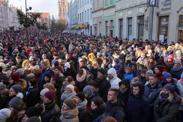 Πλήθος κόσμου στην κηδεία του δολοφονηθέντος δημάρχου του Γκντανσκ