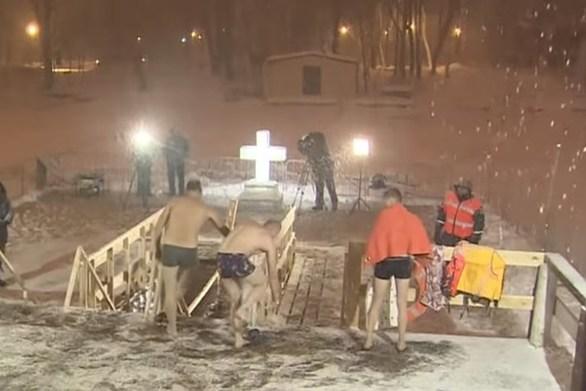 Βουτώντας στα παγωμένα νερά της Βαϊκάλης γιόρτασαν οι Ρώσοι τα Θεοφάνεια (video)