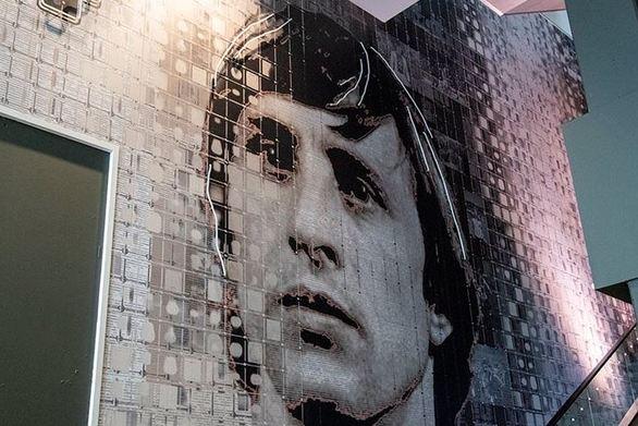 Η νέα προτομή και ο τοίχος με τη φιγούρα του Γιόχαν Κρόιφ στο γήπεδο του Άγιαξ (φωτο)