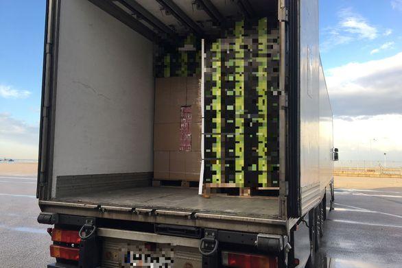 Είχε σκοπό να περάσει πάνω από 350.000 πακέτα τσιγάρων από το λιμάνι της Πάτρας (φωτο)