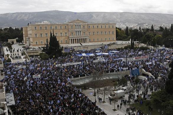 Πάνω από 2.000 Πατρινοί πήραν μέρος στο συλλαλητήριο για το Μακεδονικό (video)