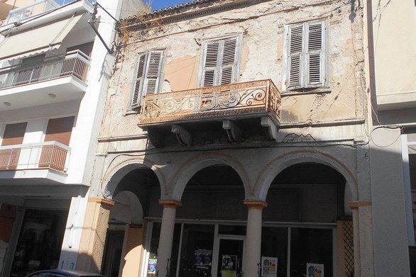 Αρχιτεκτονικά στολίδια που έγιναν ερείπια στην Άνω πόλη της Πάτρας (pics)
