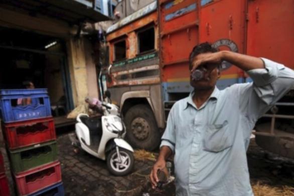 Ινδία: Πάνω από 100 νεκροί από κατανάλωση νοθευμένου αλκοόλ