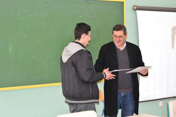 Πάτρα: O Κ. Πελετίδης επέδωσε αναμνηστικά σε μαθητές (φωτο)