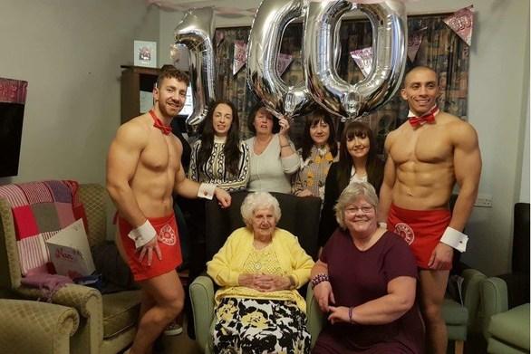 Γιόρτασε τα 100 της χρόνια με... ημίγυμνους στρίπερ (φωτο)