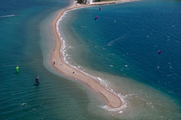 Δρέπανο - Η παραλία που έγινε γνωστή σε όλο τον κόσμο από... χομπίστες της Πάτρας (pics +video)
