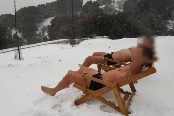Λήμνος - Έκαναν «ηλιοθεραπεία» με τα εσώρουχα στα χιόνια!