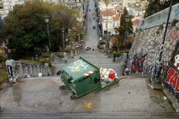 Πάτρα: Άγνωστοι πέταξαν κάδο με σκουπίδια στις σκάλες της Αγίου Νικολάου