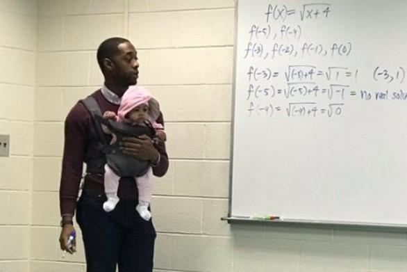 Καθηγητής έγινε viral όταν πήρε αγκαλιά το μωρό μαθητή του, για να μη χάσει το μάθημα (φωτο)