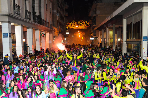 Γκρουπ με 9.000 καρναβαλιστές στους δρόμους της Πάτρας