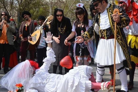 Με «μπουλούκια» και παραδοσιακούς χορούς γιόρτασε η Λάρισα την Αποκριά (video)