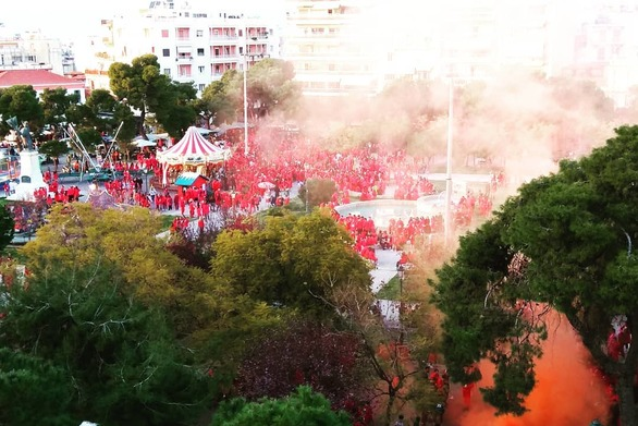 Όλη η πλατεία στα Ψηλαλώνια της Πάτρας βάφτηκε... κόκκινη!