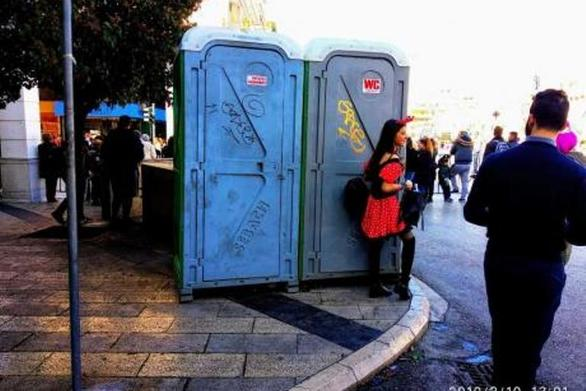 """Εμείς οι Πατρινοί δεν κάνουμε """"πιπί""""; 10 χημικές τουαλέτες για... 250.000 κόσμου στους δρόμους!"""