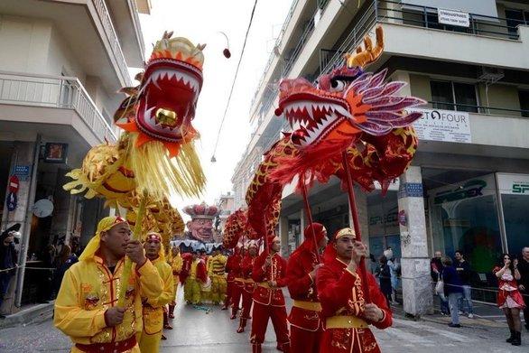 """Το Καρναβάλι της Πάτρας φέτος """"ταξίδεψε"""" στην Άπω Ανατολή (vids)"""