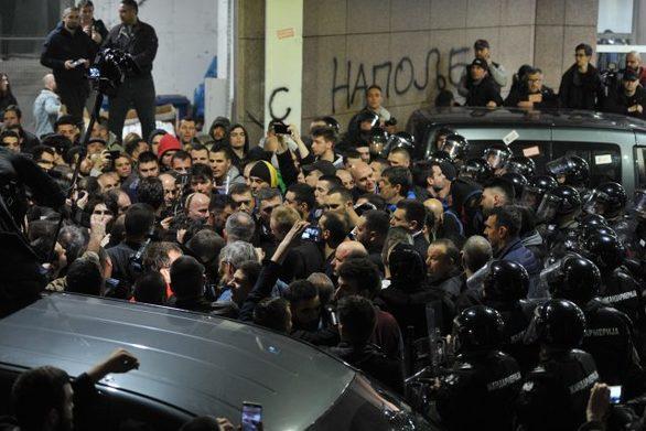 Αποκλεισμένος στο προεδρικό μέγαρο ο πρόεδρος της Σερβίας