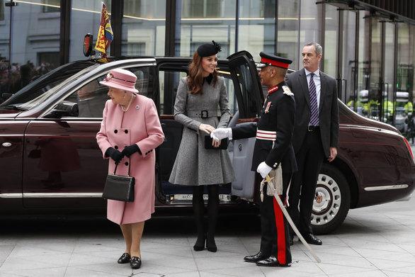 Κοινή εμφάνιση της Κέιτ Μίντλετον με τη βασίλισσα Ελισάβετ