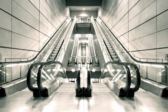 Γιατί δεν πρέπει να περπατάμε στην αριστερή πλευρά της κυλιόμενης σκάλας