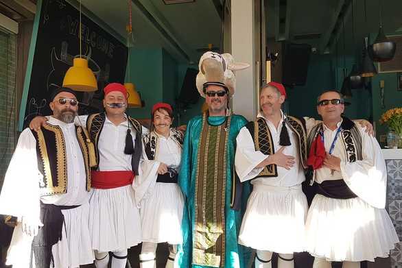 Πατρινοί τσολιάδες πήραν τα... άρματα και το γιορτάζουν!