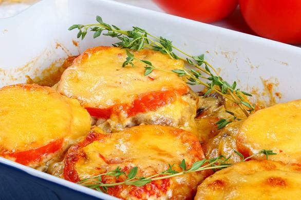 Ετοιμάστε μπιφτέκια με ντομάτα και τυριά