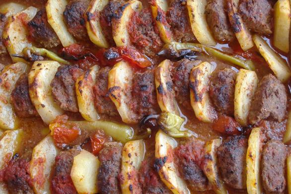 Μαγειρέψτε κεφτεδάκια με πατάτες στο φούρνο