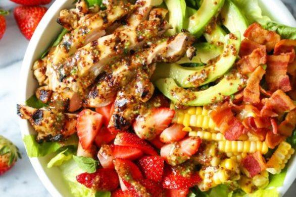 Δροσερή σαλάτα με ψητό κοτόπουλο, φράουλες και μπέικον