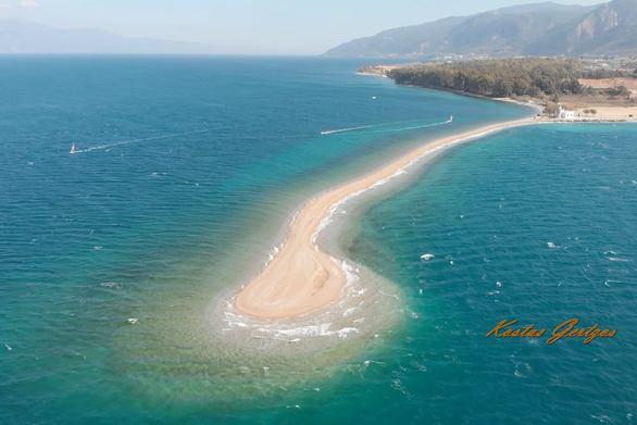 Εναέρια και επίγεια πλάνα από το Δρέπανο - Το σημείο που λατρεύουν οι kitesurfers (φωτο+video)