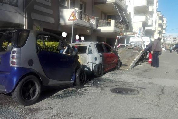 Δυτική Ελλάδα: Έβαλαν φωτιά σε δύο αυτοκίνητα στο Αγρίνιο