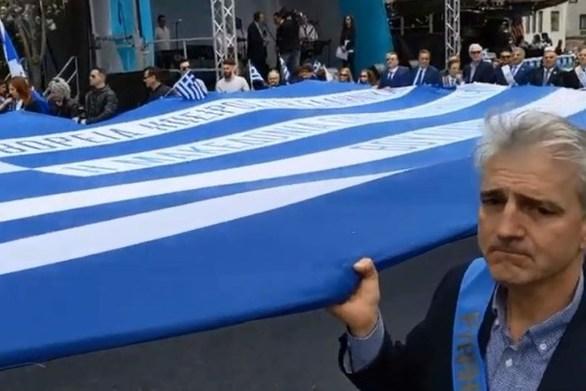 Η σημαία του Κωνσταντίνου Κατσίφα στην παρέλαση της ομογένειας στη Νέα Υόρκη (video)