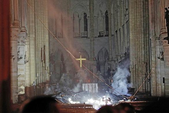 Τεράστιες οι καταστροφές στην Παναγία των Παρισίων