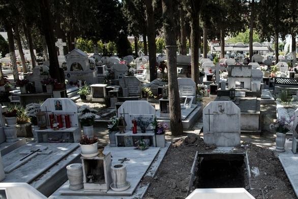 Ναύπακτος: Έκλεψαν 15 τάφους στο νεκροταφείο Ξηροπήγαδου