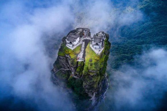 """Κίνα - """"Δίδυμοι"""" ναοί στις κορυφές βράχου"""