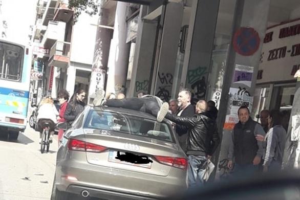 Τροχαίο στο κέντρο της Πάτρας: Δικυκλιστής βρέθηκε στην οροφή αμαξιού!
