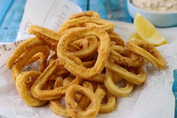 Καλαμάρια τηγανητά με ταραμοσαλάτα