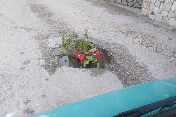 Η λακκούβα σε δρόμο έξω από το κέντρο της Πάτρας που... ανθίζει