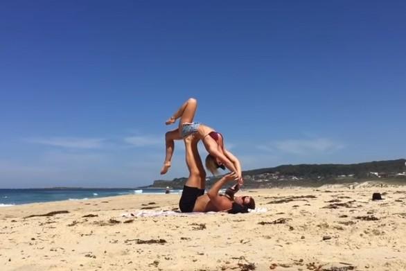 Πρόταση γάμου κατά τη διάρκεια Acro-yoga στην παραλία (video)
