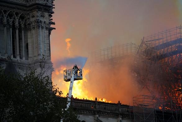 """Πυροσβέστες """"ήρωες"""" της Παναγίας των Παρισίων ύποπτοι για ομαδικό βιασμό τουρίστριας"""