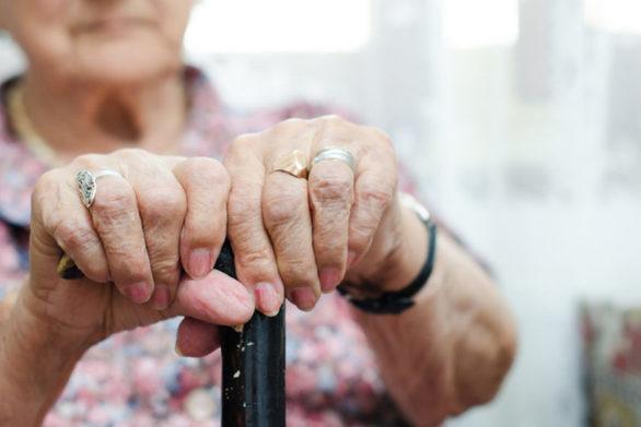 Πάτρα: Αφαίρεσε 12.000 ευρώ από ηλικιωμένη