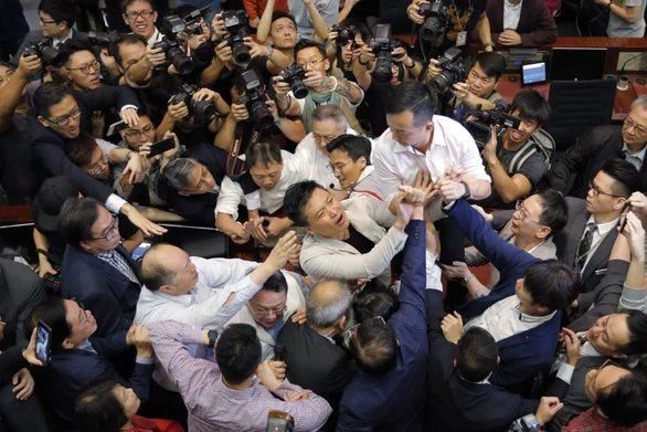 Ξύλο έπεσε στη Βουλή του Χονγκ Κονγκ (video)