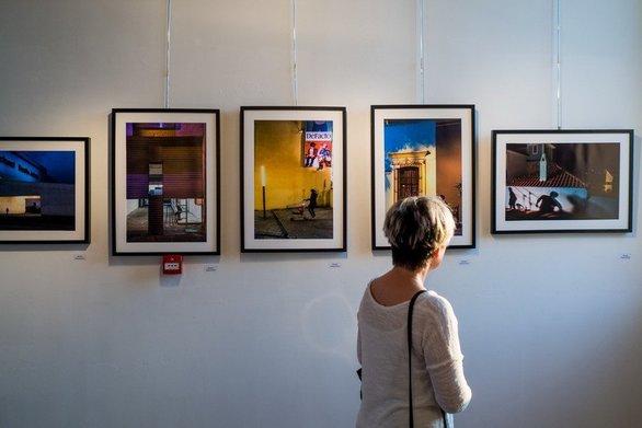 """Πάτρα - Φωτογραφίες σε αποσύνθεση από το """"συρτάρι"""" του Λεωνίδα Κουργιαντάκη"""
